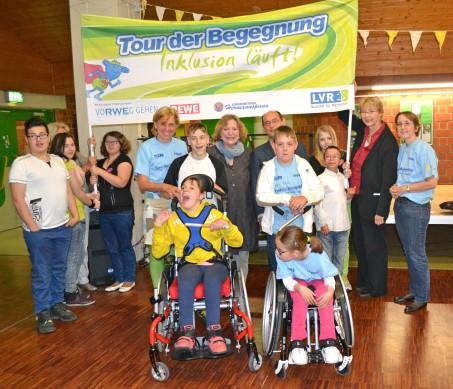 Gruppe von Kindern mit Erwachsenen mit Banner