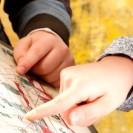 Zwei Hände die über eine Schautafel streichen.