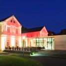 Ansicht des Max-Ernst Museum Brühl des LVR bei Nacht in bunter Beleuchtung.