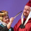 Eine Frau und ein Mann in authentischer Kleidung des Mittelalters