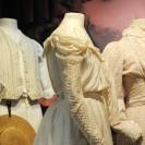 Figurinen in historischer Kleidung