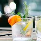 Ein Cockteilglas gefüllt mit Gin und Eiswürfeln.