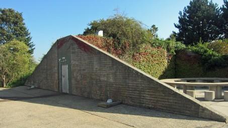 Ehemaliger Bunkereingang, dreickige Betonwand
