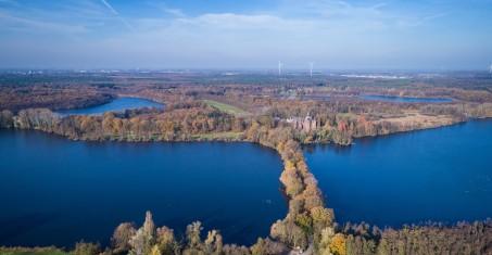 Schloss Krickenbeck im Bereich der Krickenbecker Seen im Luftbild; Foto: Martin Hochbruch (o.J.)