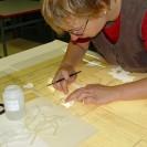Eine Frau bei der Restaurierung von Papierfragmenten