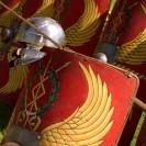 Das Foto zeigt nachgebaute römische Speere, Helme und Schilde