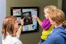 Foto: eine Familie bedient ein Tablet
