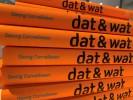 Foto: Orangene Buchrücken mit Aufschrift dat und wat
