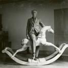 Foto: Max Ernst mit Schaukelpferd auf einem schwarz weiss Foto