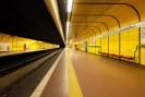 Foto: Blick in eine uneterirdische Bahnstation mit gelben, gefliesten Wänden