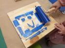 Foto: Spanplatte mit blauer Farbe und Druckverfahren