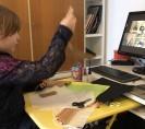 Foto: ein Kind nimmt via Laptop am Onlie-Workshop teil