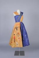 Foto: Gelb-blaues Karnevalskleid auf einer Figurine